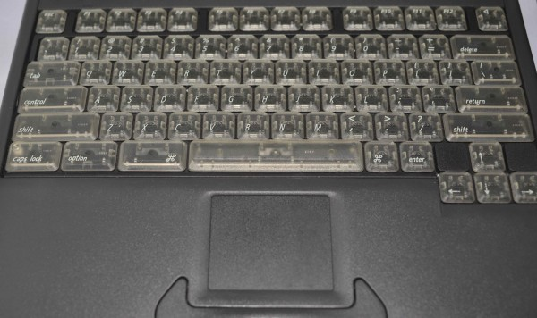 Macintosh PowerBook 2400c avec clavier translucide