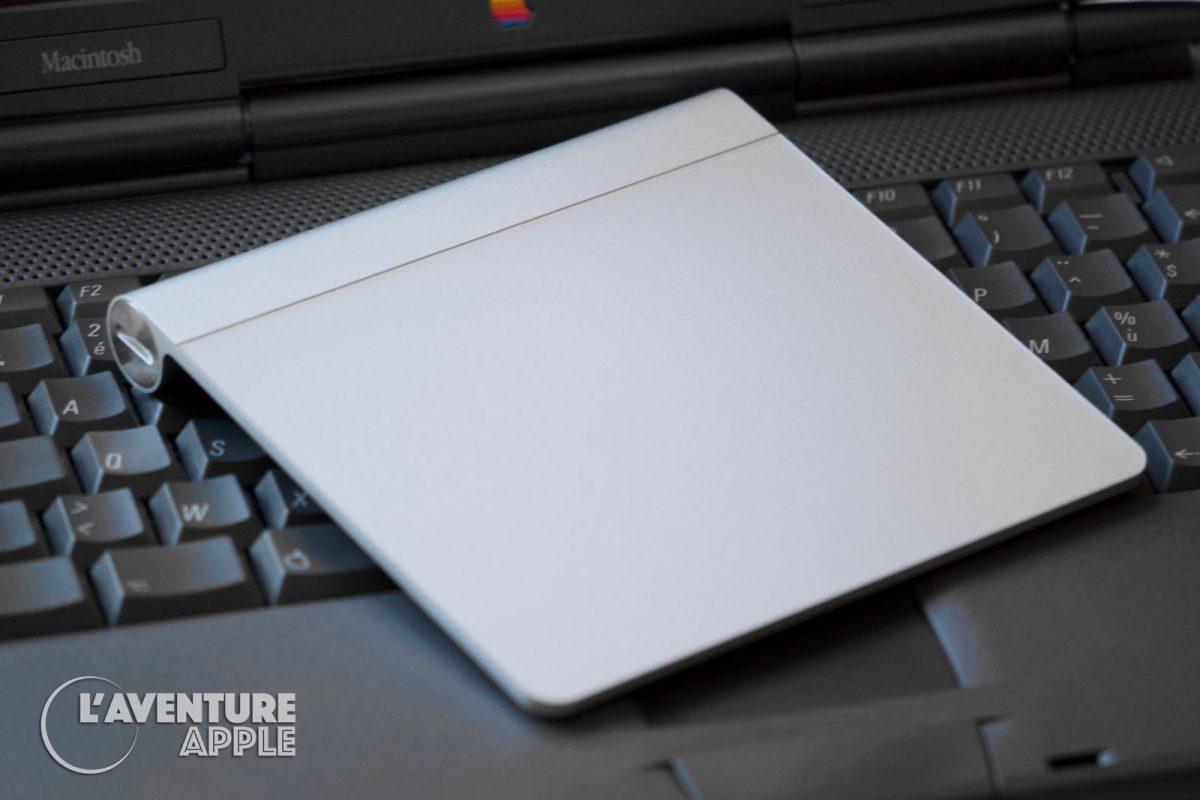 Magic Trackpad d'Apple posé sur un PowerBook