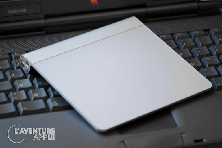 Magic Trackpad d'Apple posé sur un PowerBook