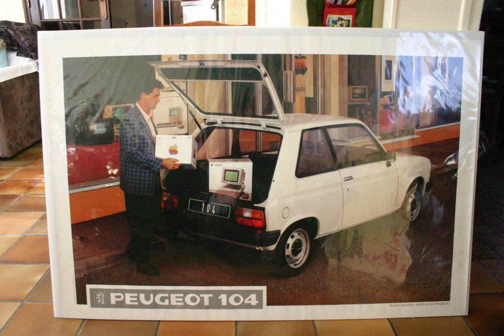 Poster pour la Peugeot 104, devant un Apple Store !