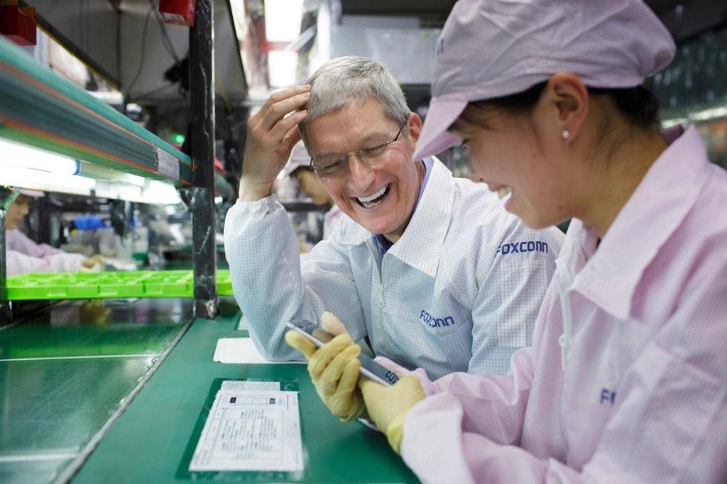 Tim Cook iPhone Zhengzhou